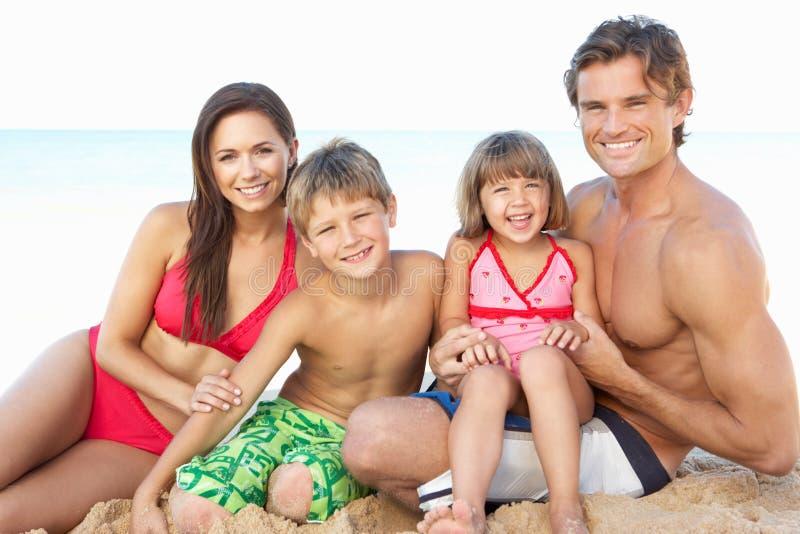 Verticale de famille des vacances de plage d'été photos libres de droits