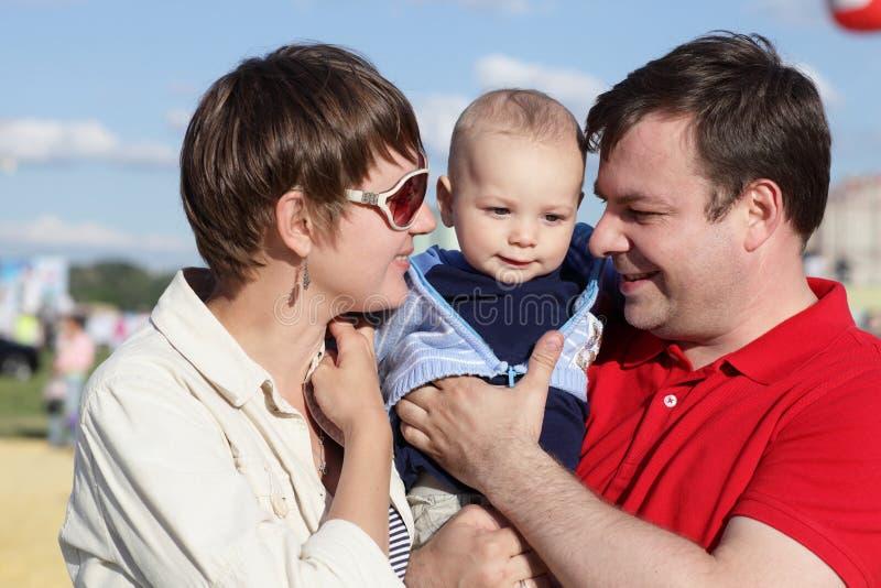 Verticale de famille heureuse photos libres de droits