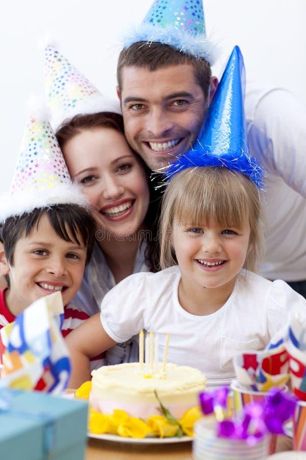 Verticale de famille heureuse célébrant un anniversaire photographie stock