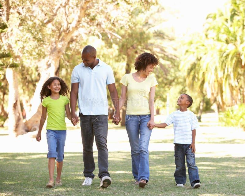 Verticale de famille heureux marchant en stationnement image stock