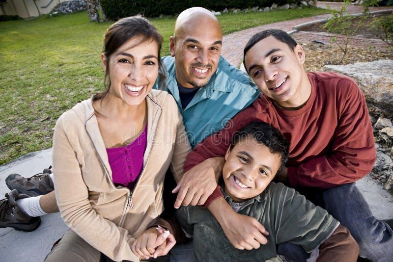 Verticale de famille hispanique à l'extérieur photos stock