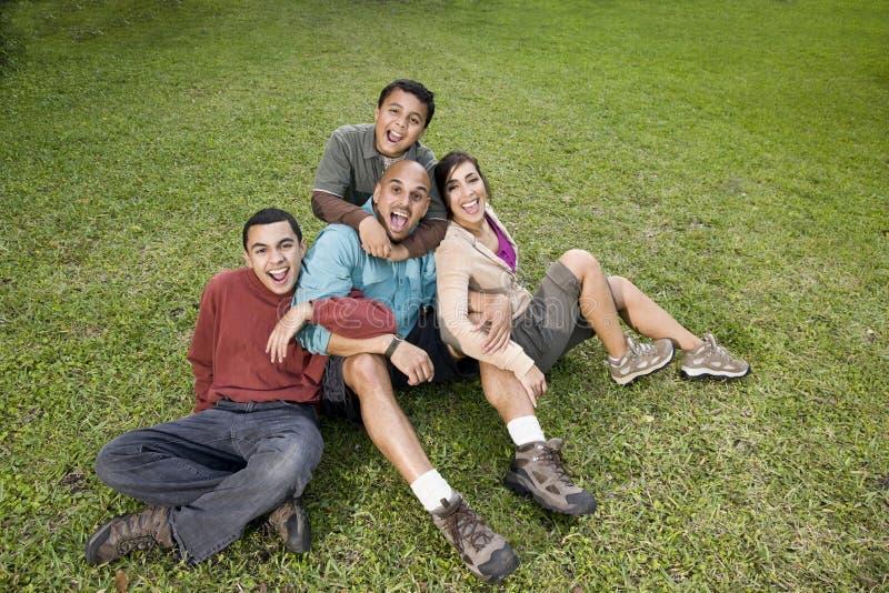 Verticale de famille hispanique à l'extérieur photographie stock