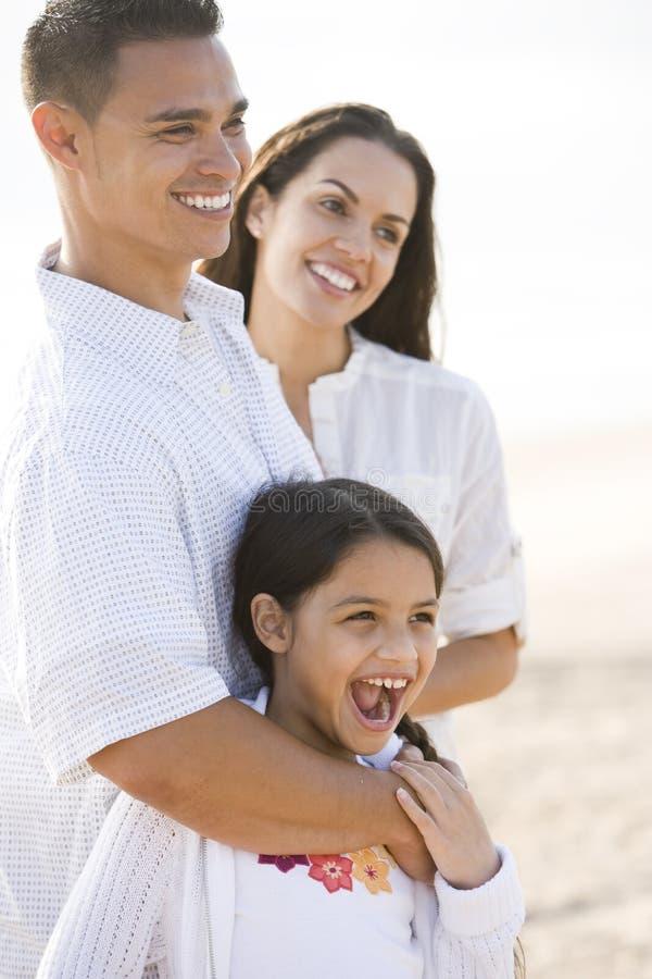 Verticale de famille hispanique heureuse avec la jeune fille photographie stock