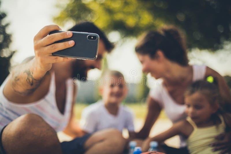 Verticale de famille Père faisant de bonnes photos images stock