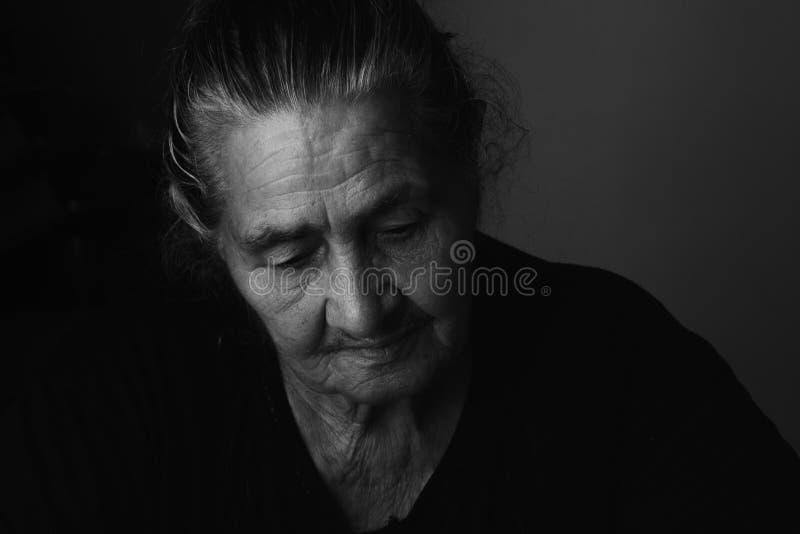Verticale de femme âgée images libres de droits