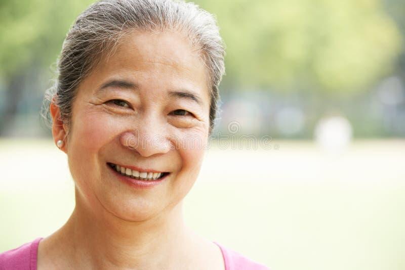 Verticale de femme aînée chinoise attirante photographie stock