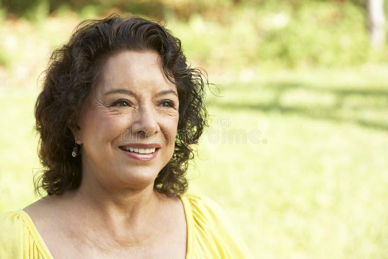 Verticale de femme aînée de sourire image stock