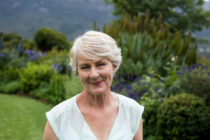 Verticale de femme aînée heureuse photos stock