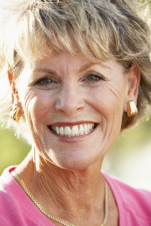 Verticale de femme aînée souriant à l'appareil-photo photographie stock libre de droits