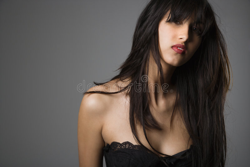 Verticale de femme assez jeune. image stock