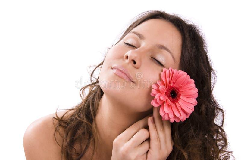 Verticale de femme assez jeune avec la fleur images stock