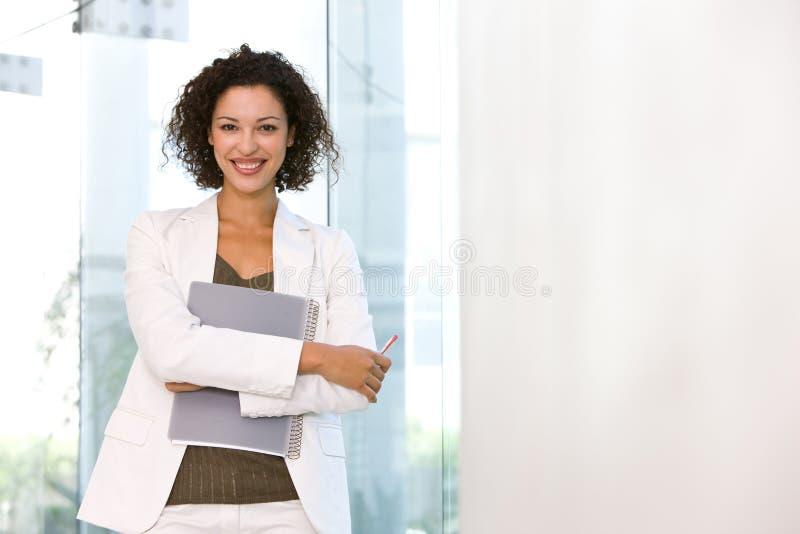 Verticale de femme attirante d'affaires image libre de droits