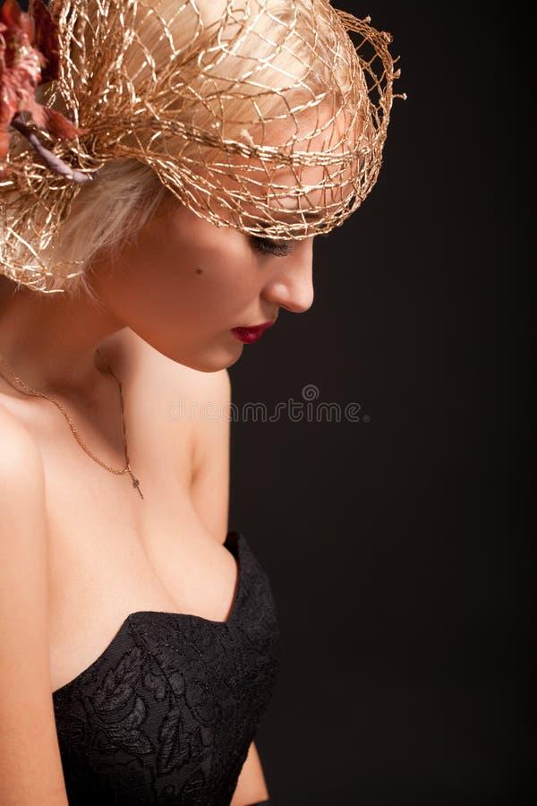 Verticale de femme attirante de rétro-type dans le capot photos libres de droits