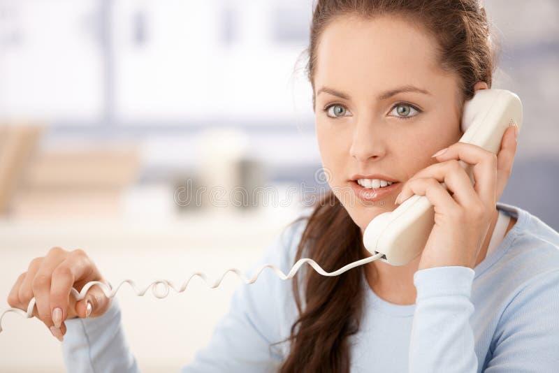 Verticale de femme attirante parlant au téléphone photos stock