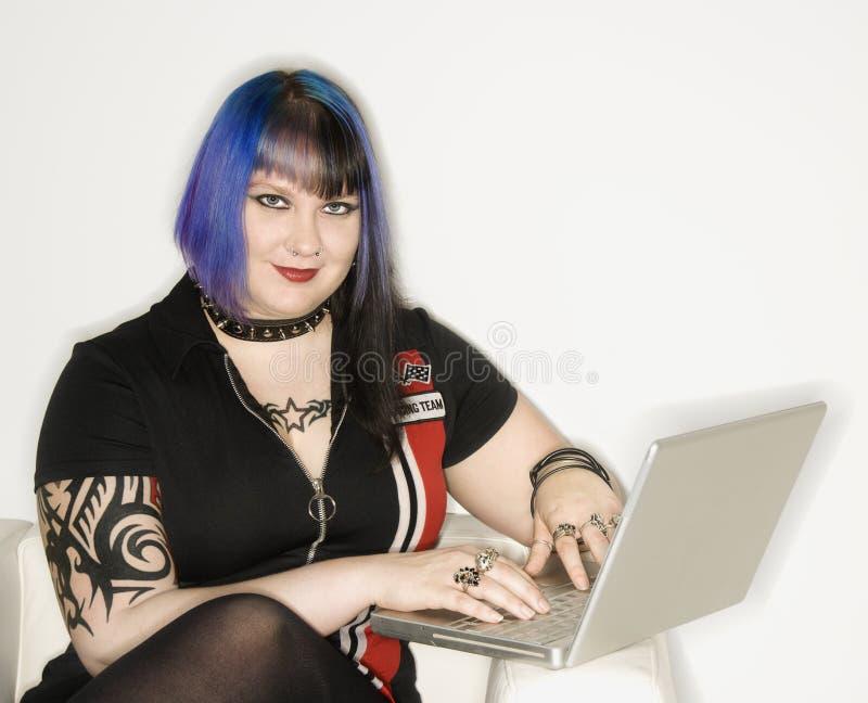 Verticale de femme avec l'ordinateur portatif. image libre de droits