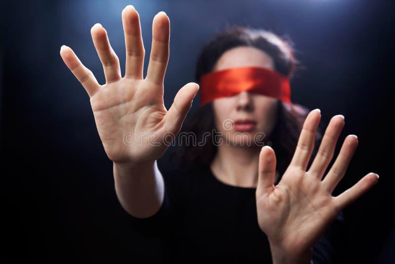 Verticale de femme avec le bandage rouge sur des yeux photographie stock