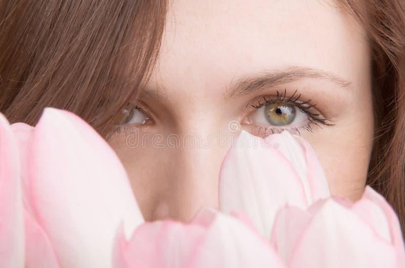 Verticale de femme avec le bouquet des tulipes image libre de droits