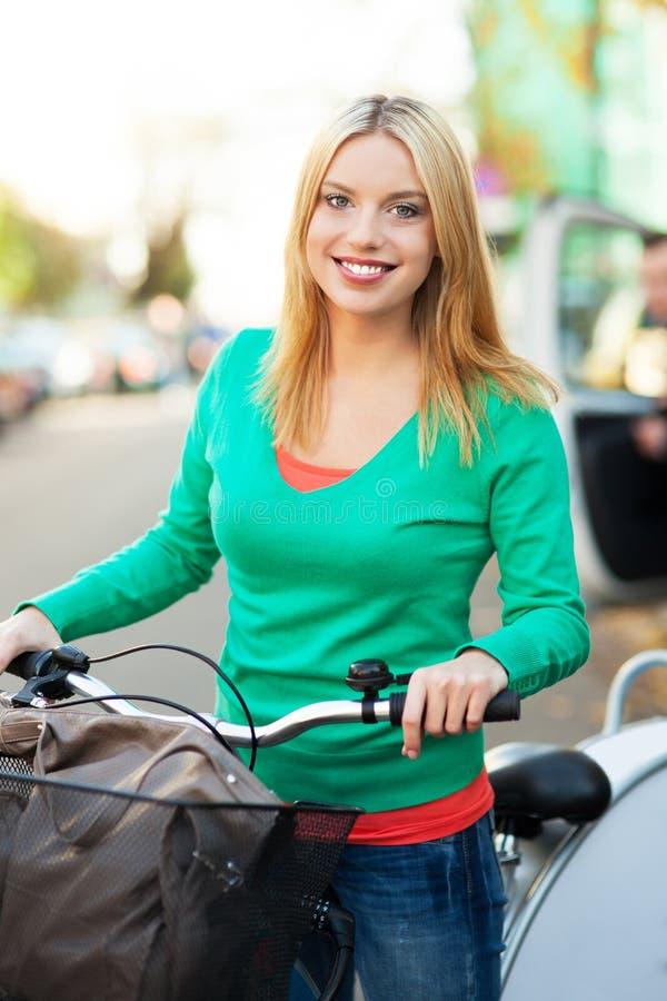 Verticale de femme avec le vélo image stock