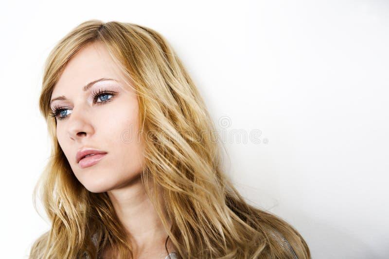 Verticale de femme blonde image stock