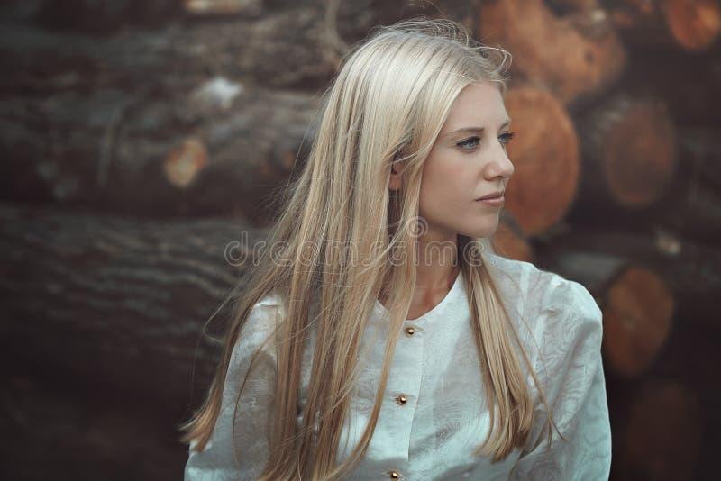 Verticale de femme blonde photo stock