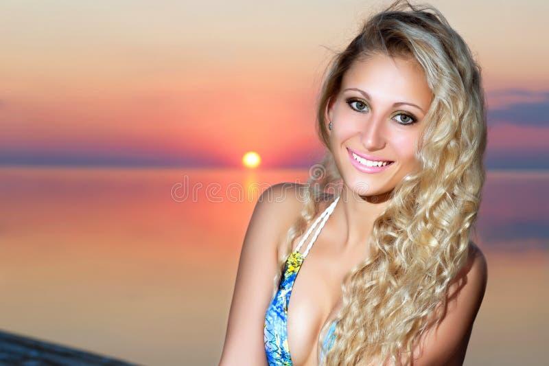 Verticale de femme blonde de sourire image libre de droits