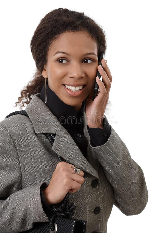 Verticale de femme d'affaires attirante au téléphone photos stock