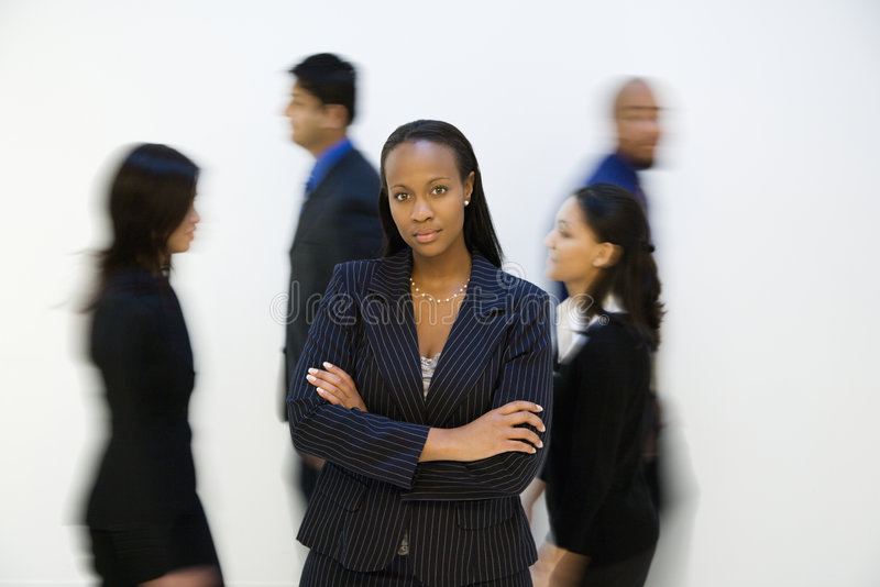 Verticale de femme d'affaires avec d'autres. marche près. image stock