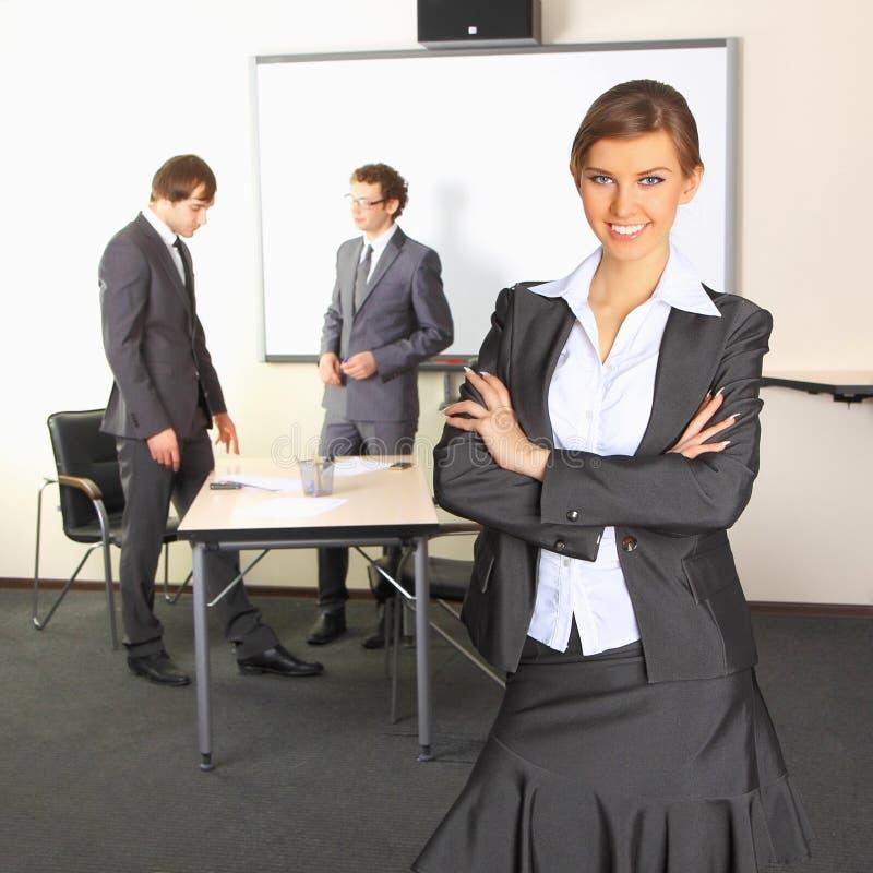 Verticale de femme d'affaires avec l'équipe photographie stock