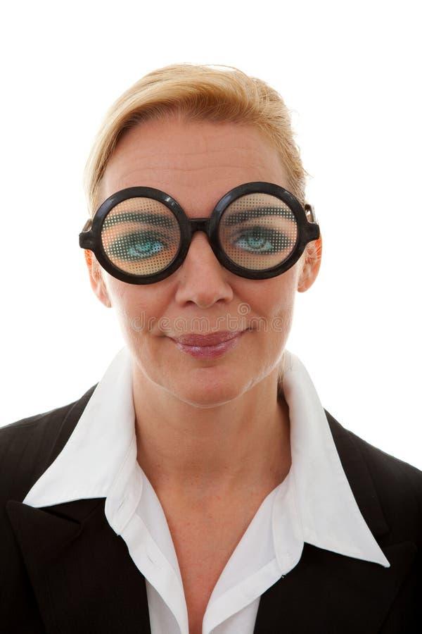Verticale de femme d'affaires avec les glaces drôles images stock