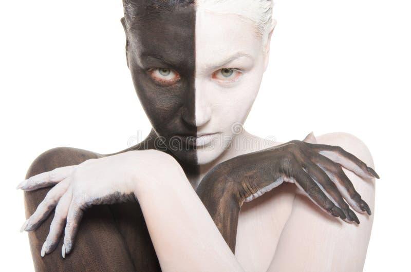 Verticale de femme dans le renivellement noir et blanc images stock