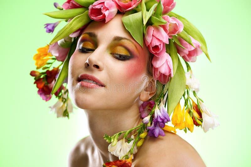 Verticale de femme de beauté avec la guirlande photo stock