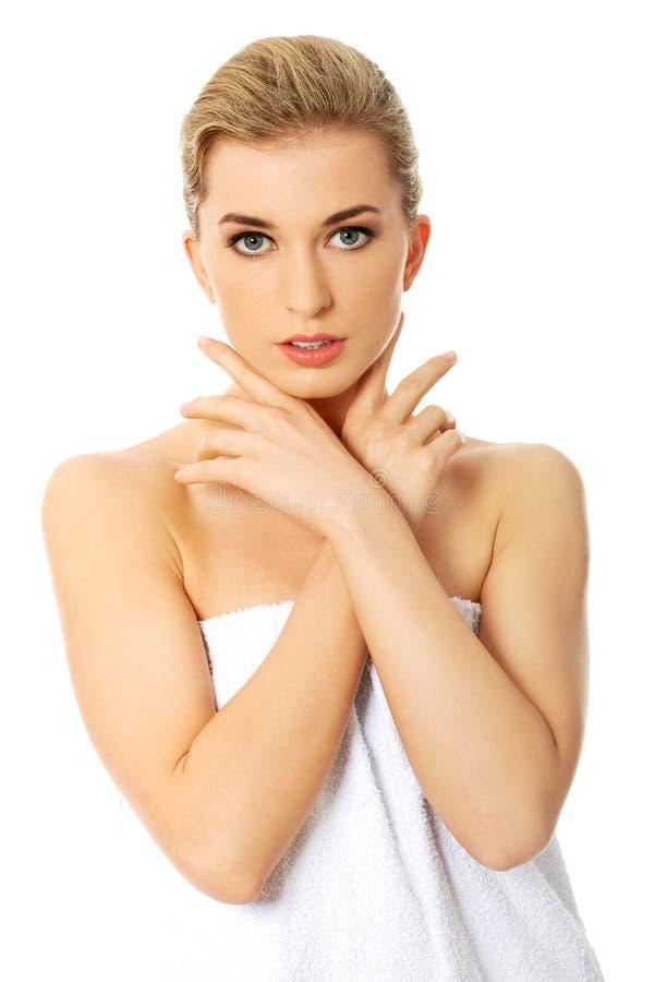 Verticale de femme de beauté Beau Girl modèle avec la peau propre fraîche parfaite Concept de soin de fuselage photo libre de droits