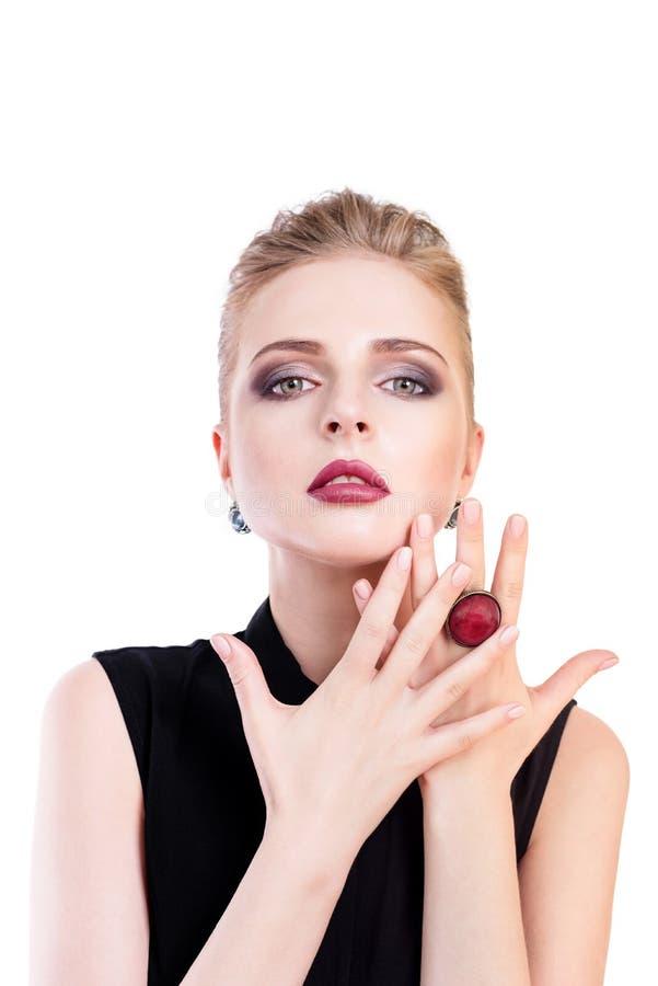 Verticale de femme de beauté Belle fille modèle avec la peau propre fraîche parfaite et obscurité égalisant le port professionnel photos libres de droits