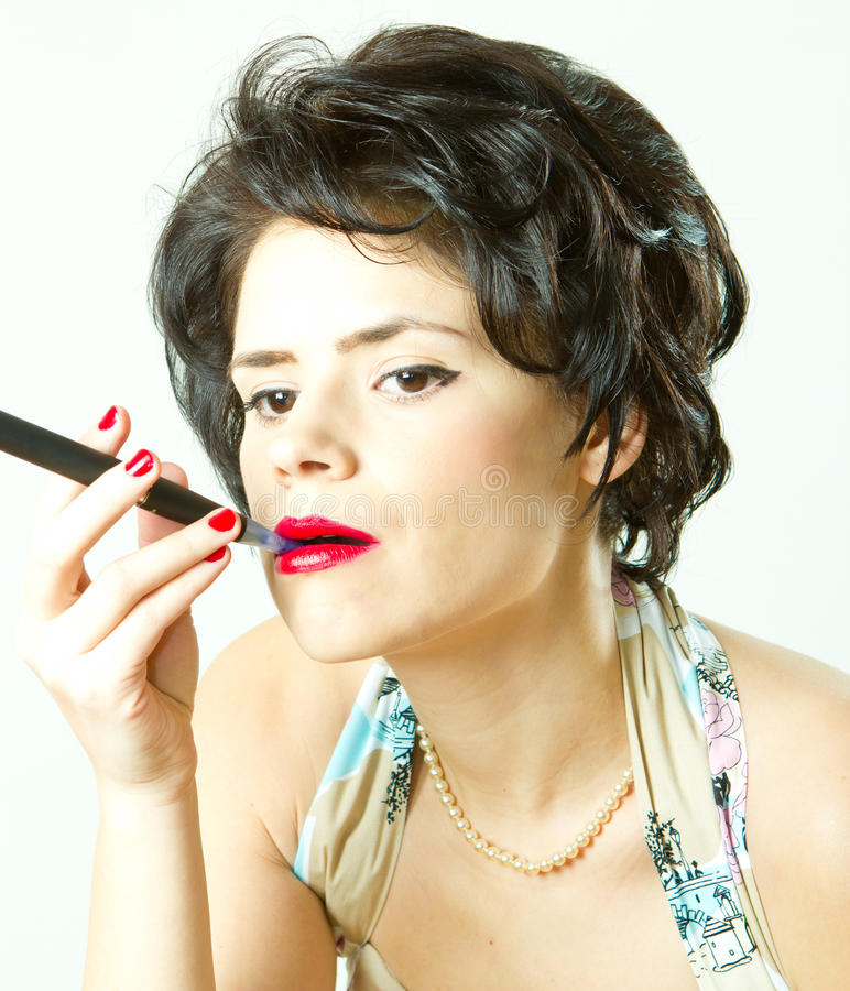 Verticale de femme de cru avec la cigarette électronique image stock