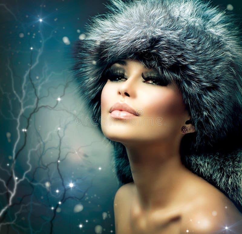 Verticale de femme de l'hiver photo stock