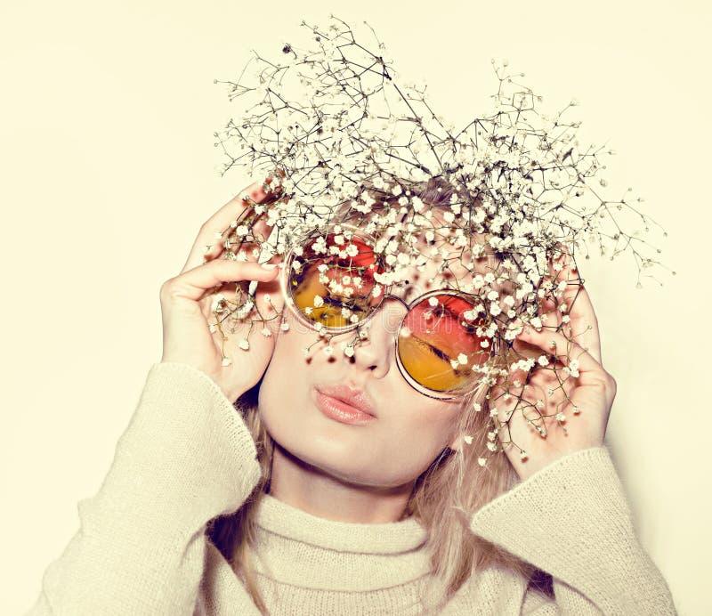 Verticale de femme de mode Cheveux de HIPPI de lunettes de soleil photographie stock