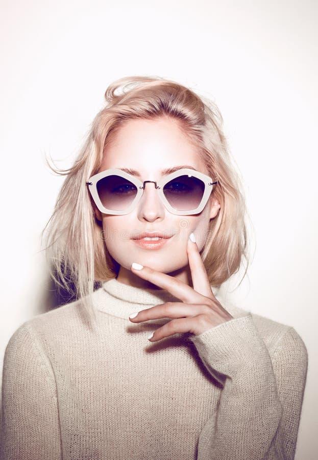 Verticale de femme de mode Cheveux hippies de lunettes de soleil photographie stock libre de droits