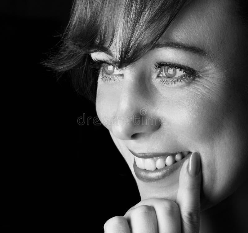 Verticale de femme de sourire. image libre de droits