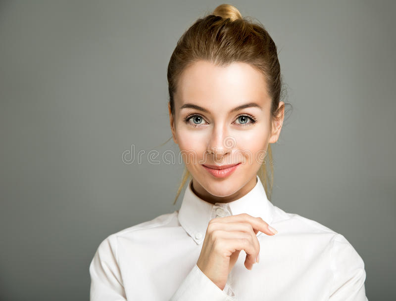 Verticale de femme de sourire d'affaires images stock