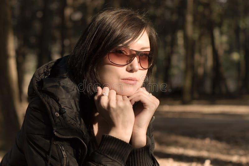 Verticale de femme en glaces photographie stock