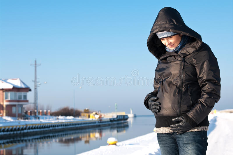 Verticale de femme enceinte de l'hiver images stock