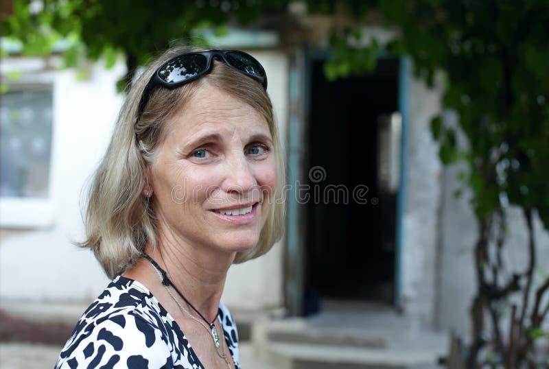 Verticale de femme entre deux âges de sourire images libres de droits