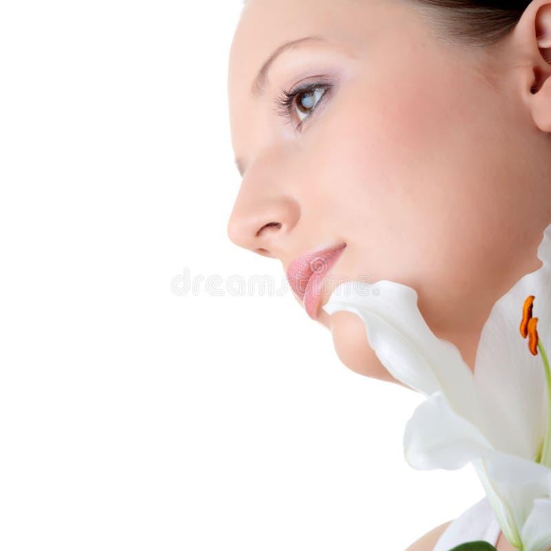 Verticale de femme frais et beau avec la fleur images libres de droits