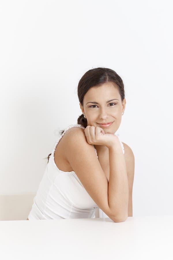 Verticale de femme heureuse au-dessus de blanc photo stock