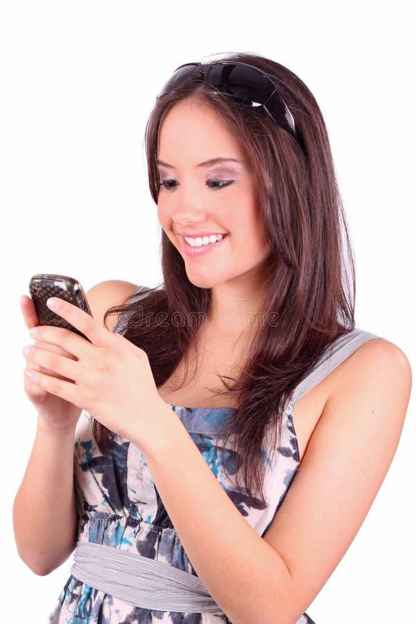 Verticale de femme heureuse avec le téléphone portable photo libre de droits