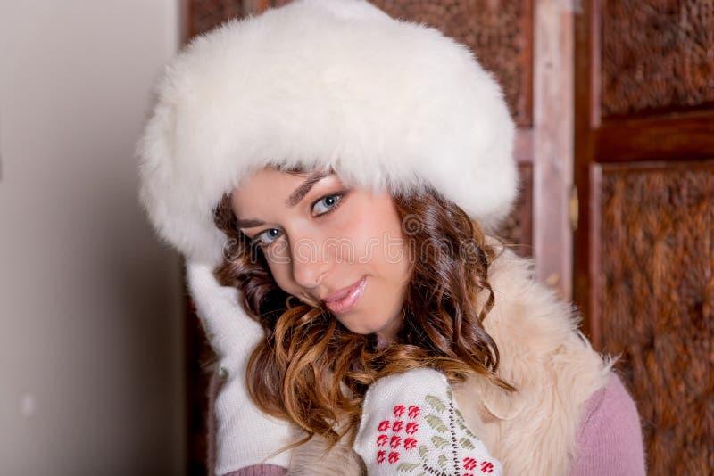 Verticale de femme de l'hiver Fille modèle de beauté Mode de fourrure beau chapeau de fille de fourrure Portrait de mode de belle photos libres de droits