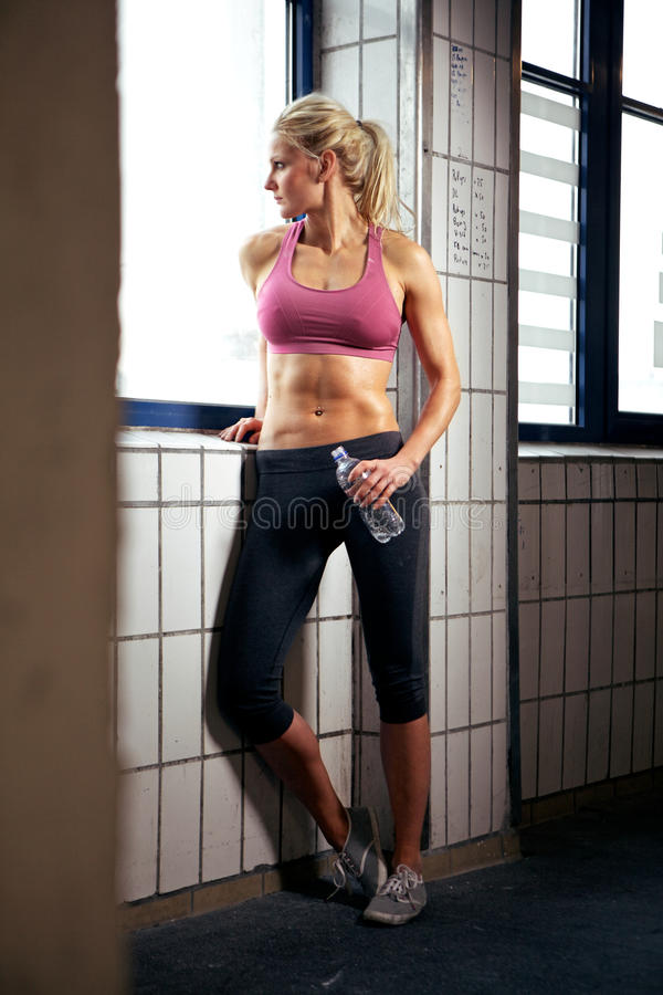 Verticale de femme sexy de forme physique en gymnastique photo libre de droits