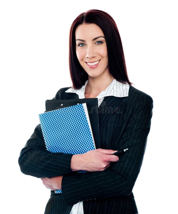 Verticale de fichier de recopie de sourire intelligent de secrétaire photographie stock libre de droits