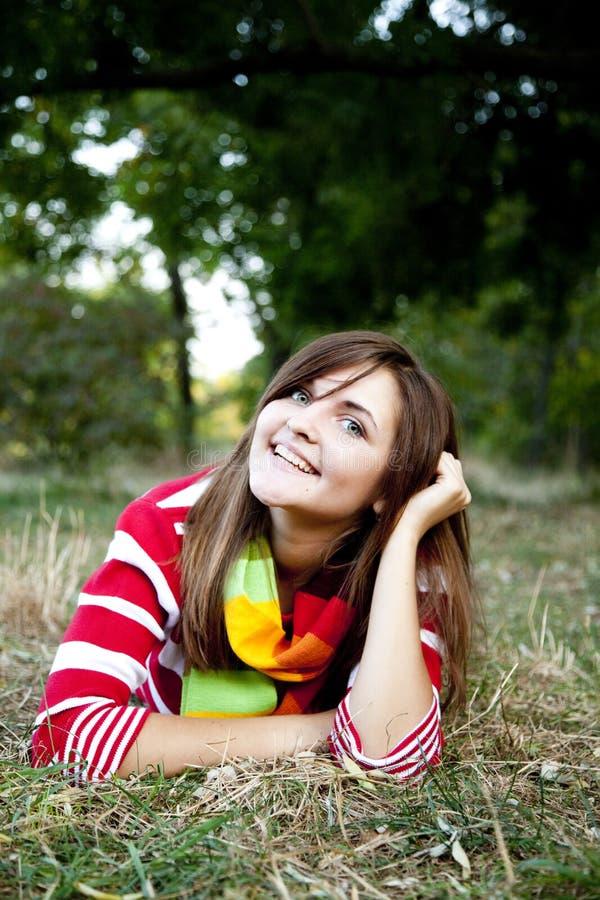 Verticale de fille à extérieur. photo libre de droits
