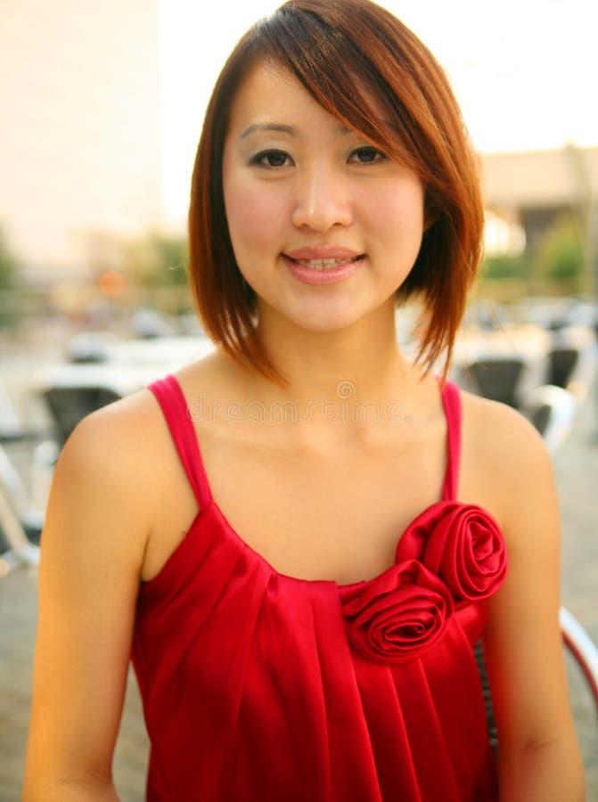 Verticale de fille asiatique dans la robe rouge photos libres de droits